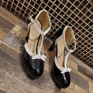 Vero Cuoio Black White Close Toe Shoe